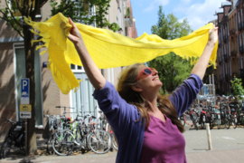 Kreukel Katoenen sjaal GEEL met ZILVEREN glinster draden - YELLOW crincle cotton shawl rectangular with silver glitter thread