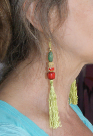 Flexibele, lange oorbellen met LICHT GROENE kwasten, kralen en Cachina Gelukspoppetje - Flexible, long earrings with LIME GREEN tassel, beads and Katchina Good Luck Doll
