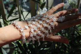 Handsieraad India hippie stijl ZILVER kleur met bloemetjes met 1 ring - 1 size adaptable - one ring Hand jewel India hippy style