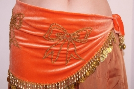 Fluwelen buikdansgordel oranje met gouden muntjes en kraaltjes tekening in strik vorm - G62 -  XS Extra Small S Small -  Orange velvet bellydance hipbelt with golden beads and coins decoration