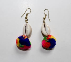 Lichtgewicht Oorbellen MULTICOLOR pompons en Cowry schelpen  - Lightweight Earrings MULTICOLOR pompons and Cowry shells