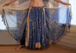 Bollywood 07 : Wijde multicolor cirkelrok met 2 splitten lichtblauw beige