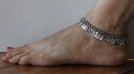 Verfijnd Enkelbandje ZILVER kleurig met muntjes en bloemetjes - Small / Medium - 25 cm - Fine Anklet SILVER color with coins and flowers