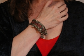 Tribal fusion armband OUD ZILVER KLEUR met belletjes en rode steentjes ingelegd - Tribal fusion bracelet OLD SILVER color, with red stones inlay