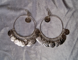 Oorbellen met muntjes grote ringen ZILVER kleurig - Earrings with coins SILVER colored big circles