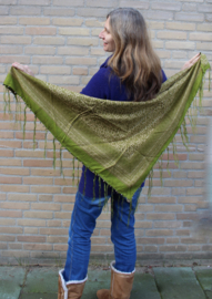 Sjaal OLIJFGROEN driehoek met franjes, muntjes en belletjes - OLIVE GREEN triangular shawl with fringe, coins and bells