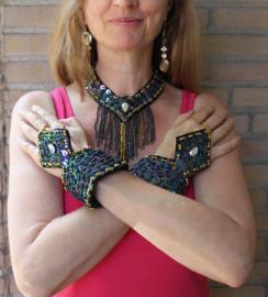 3-delige juwelen set ZWART  OLIE-GLANS, GOUD versierd met kraaltjes, pailletten en namaak kristal steen : choker + 2 pols/arm versieringen - 3-piece fully beaded and sequinned  jewelry set BLACK OIL COLOR, GOLD, with fake diamond : choker + 2 wrist piece
