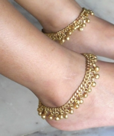 1 paar metalen enkelbandjes met belletjes GOUD kleurig - 1 pair of metal anklets GOLD color