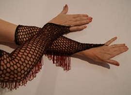 Handschoenen gehaakt ZWART met RODE kralen - Gloves crocheted handycraft BLACK , RED beads and fringe decorated