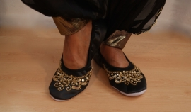 Buikdansschoentjes ZWART met GOUDEN pailletten, lederen zool - Satin bellydance shoes BLACK, GOLD sequinned, leather sole