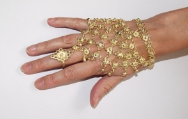 Handsieraad driehoekig met bloemetjes versiering GOUD kleurig (1 ring) en kleine belletjes - one size - 1-ring triangular hand jewel, flower decorated GOLD color with dangles