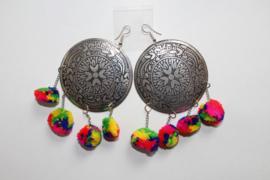 Oorbellen met ZILVER kleurige versierde schijven en MULTICOLOR pompons aan kettinkjes - Earrings with SILVER colored discs and MULTICOLORED pom poms hanging from chains