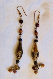"Oorbellen met gekleurde kralen en gouden ""lampjes"" O1 - Earrings with colored beads and golden ""lanterns"" O1"