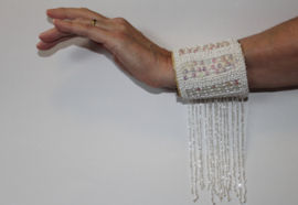Polsband / armband met pailletten en kralenfranje WIT met Parelmoer glans- one size - Arm cuff / wrist band fully sequinned with beaded fringe WHITE iridiscent