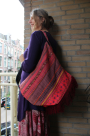Lichtgewicht Boho Ibiza tas BORDEAUX, VIEUX ROSE, FLUO ROZE, ROZE TINTEN met multicolor kruissteek handwerk  en franjes onderaan - Extra Large - Lightweight Bohemian Ibiza Bag BURGUNDY, FLUORESCENT & SHADES OF PINK, fringe bottom and handycraft multicolor