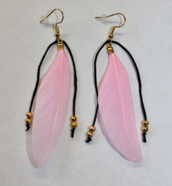 Lichtgewicht Hippie Chic Veertjes oorbellen LICHT ROZE met GOUDEN kraaltjes - Leight weight Hippy Chick Feather earrings SOFT PINK,  with GOLDEN beads