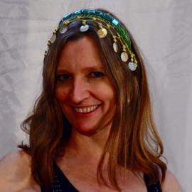 Diadeem tiara  GROEN met glim-steentjes en GOUDEN kralen en muntjes voor dames en meisjes - Ladies and girls Tiara with shiny stones GREEN, golden coins and beads decorated