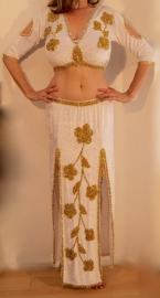 2-delige buikdans set / buikdanskostuum: stretch fluwelen bloesje + rok met 2 splitten WIT met GOUD versierd - L XL - 2-piece set / bellydance costume  : stretch velvet blouse + 2-slit skirt WHITE, GOLD decorated