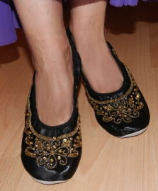 Buikdansschoentjes ZWART met GOUDEN pailletten, lederen zool - Satin bellydance shoes BLACK, GOLD sequinned, leather sole