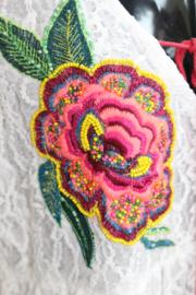 Bloesje tuniek WIT kant met MULTICOLOR bloemetjes applicaties en afgeboord met pompons en franje band - L XL- WHITE Lace blouse / tunic / short dress with MULTICOLOR flower applications, pon pon and fringe rimmed