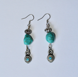 Bohemian TURQUOISE oorbellen met ZILVER kleurige kraaltjes - Boho TURQUOISE earrings with SILVER colored beads