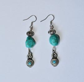 Bohemian TURQUOISE oorbellen met ZILVER kleurige kraaltjes - Boho TURQUOISE earrings with SILVER colored beads