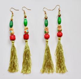 Flexibele, lange oorbellen met LICHT GROENE kwasten, kralen en Cachina Gelukspoppetje - Flexible, long earrings with LIME GREEN tassel, beads and Katchina Good Luck Doll