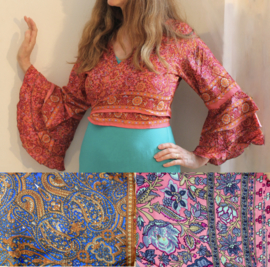 Wikkel topje zijde sambatop met 3 roesjes aan de mouwen, India dessin - Wrap and tie top silk ,  3 rushes at the sleeves, Indian design