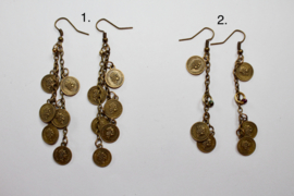 Oorbellen BRONS kleurig (donker goud) met kleine muntjes en subtiel kraaltje  - Earrings with small coins and subtle bead BRONZE colored (dark gold)