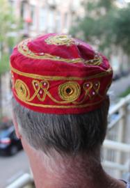 Rond hoofddeksel voor heren / jongens ROOD met GOUD borduursel -  Small - Harem head gear men / boys RED, GOLD embroidered