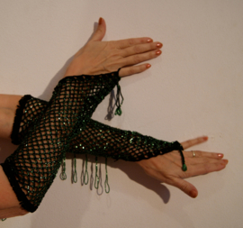 Handschoenen gehaakt ZWART met GROENE kralen - H1-9 - 1 pair of bellydance Burlesque gloves BLACK, GREEN beads and fringe decorated