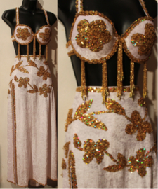 Buikdanskostuum : BH GOUDEN pailletten +  Smalle rok met 2 splitten WIT fluweel versierd met GOUDEN bloemen  - maat 36 -38 size - Bellydance costume  : 2-slit straight skirt, WHITE velvet, GOLDen flowers decorated + fully sequinned golden bra