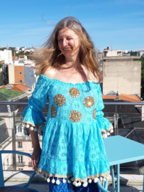 Kanten TURQUOISE off-shoulder bloesje met GOUDEN pailletten rozetten versiering, afgeboord met pompons  Boho stijl- L XL - TURQUOISE Bohemian style lace, off shoulder blouse, GOLDEN sequinned flowers decorated and pon pons rimmed
