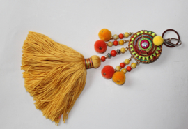 Sleutelhanger GEEL, ORANJE met kwast, kralen en pompons - XL - Key ring YELLOW ORANGE with tassel, beads and pon pons
