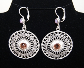 "Oorbellen O9 filigraan  ""Wheel of Fortune"" Good Luck zilver kleurig met zacht roze steentjes - Earrings  ""wheel of Fortune"" Good Luck silver color filigree O9 with soft pink stones"