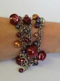 Fantasie armband op 3 ZILVER-kleurige kettinkjes met kralen in tinten BRUIN, AUBERGINE en OLIEKLEUR  - Bracelet Fantasy1 - Fantasy bracelet on 3 SILVER colored chains with BROWNISH, PURPLE and OIL colored beads