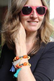 Speelse kunststof kralen armband AMBER / ORANJE kleurig met vogel en AQUA GROENE kwast - one size elastic - Playful beads bracelet AMBER / ORANGE colored with bird and WATER GREEN tassel