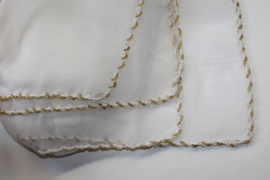Sluier rechthoekig polyester chiffon, transparant WIT, afgeboord met GOUDEN en WITTE kraaltjes - 270 cm X 110 cm - Transparent polyester chiffon veil, rectangle, WHITE, GOLDEN and WHITE beads rimmed
