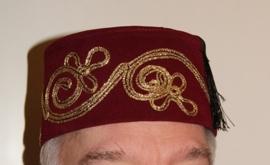 Fez Fes Tarboosh hoofddeksel heren BORDEAUX DONKER ROOD met gouden krullen - Fez men's arabic /Turkish hat WINERED / VERY DARK RED / BURGUNDY with golden curls