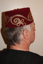 Fez Fes Tarboosh hoofddeksel heren BORDEAUX DONKER ROOD met gouden krullen - Fez men's arabic /Turkish hat WINERED / VERY DARK RED / BURGUNDY with golden curls