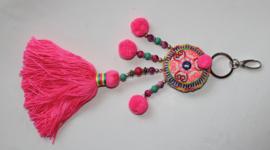 Sleutelhanger FLUO ROZE FUCHSIA met kwast, kralen en pompons - XL - Key ring NEON PINK FUCHSIA with tassel, beads and pon pons