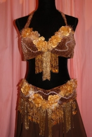 Kompleet 6-delig buikdanskostuum fluweel uit Egypte met bloemenversiering BRUIN met  GOUD met kralenfranje - Bellydance costume from Egypt on BROWN velvet, brown and GOLD decorated with beaded fringe