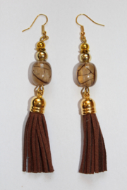 Oorbellen met kwastjes BRUIN met  SIERkraal en GOUDEN accenten -  Earrings with tassels, with BRUIN DECORATIVE bead and GOLDEN accents
