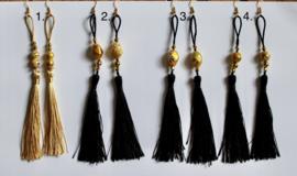 Lichtgewicht oorbellen met kwasten en gouden sierkralen ZWART - CREME ROOMKLEUR  - Lightweight Tassel earrings BLACK and CREME color, GOLDEN beads decorated