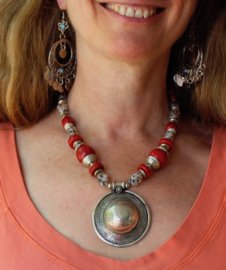 "Bohemian hippie chic Halssnoer met ZILVER kleurige pendant met RODE en fantasie kralen - Necklace Boho8  ""Sagat"" pendant - Pendant, Boho hippy chick necklace SILVER colored and RED fantasy  beads"