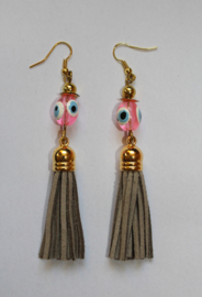 Oorbellen met BEIGE kwastjes, GOUDEN accenten en ROZE Turkse geluks oogjes - Earrings with BEIGE tassels, GOLDEN accents and PINK Turkish Good Luck Eye