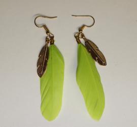 Lichtgewicht Veertjes oorbellen LIME GROEN met GOUD kleurig veertje - Lightweight Feather earrings LIME GREEN with GOLD colored feather