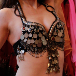 Tribal fusion buikdans kostuum 3-delig : BH + heupgordel in ZWART ZILVER met kwasten en Cowri schelpen + broek - 34 /36 /38  - 3-piece Tribal Fusion bellydance costume : Bra + hipbelt, BLACK SILVER, tassels and Cowry shells decorated + tribal pants ATS