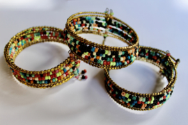 Armband Ibiza hippie chic met mix kleuren kraaltjes ZWART WIT GROEN GOUD BLAUW ROOD ZALM - Ibiza hippy chick beaded bracelet with color mix BLACK WHITE GREEN GOLD BLUE RED SALMON