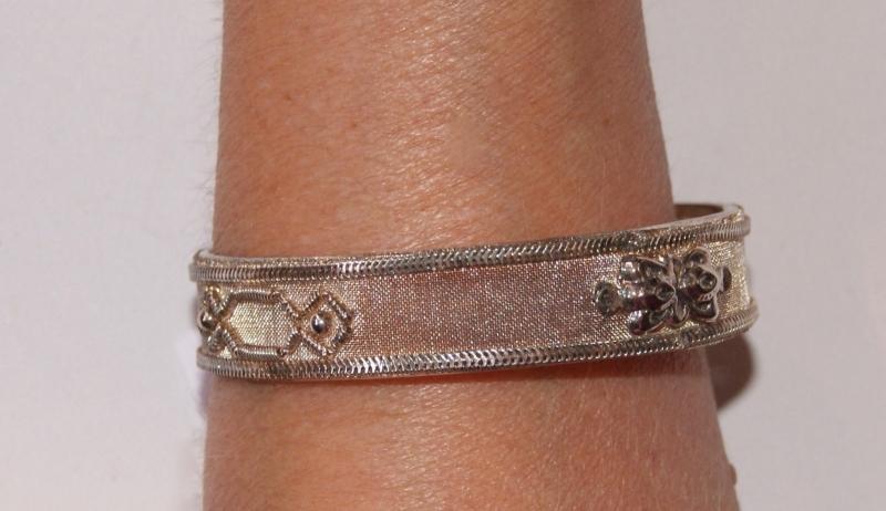 Indiase armband ZILVER kleurig subtiel versierd  - nr A7 -  diameter 6,7 cm -  Lightweight Indian bracelet SILVER colored with subtle decoration